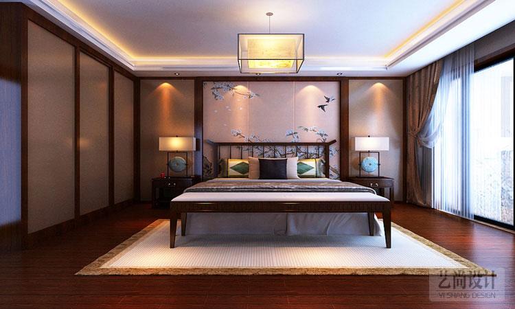 诚工嘉园180平方四室两厅客厅装修效果图,电视墙的尺寸上比较长,因此在设计上进行了空间上的分割,在前边部分设计了一个展示酒柜,与沙发对称的后边做了整面墙是石材砖上墙的凹凸造型处理,将石材的大气与中式的韵味相结合,简洁稳重。  小浪底家属院180平方客厅装修图,沙发背景墙的处理上运用了中式传统的网格雕花处理,既满足了中式的古色古香的特质,又显得通透有层次。中间的一大幅壁画和四周的雕花浑然一体,既点缀了沙发,又素雅大方。  诚工嘉园四室两厅180平装修案例,过道处于客厅和餐厅的中间部位,因此在设计上也做了一